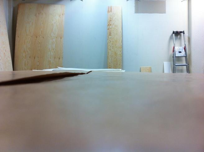 Och den tömda ateljén. Äntligen ser man årsringarna som spår av tid på träskivorna igen, fast i stillbild...